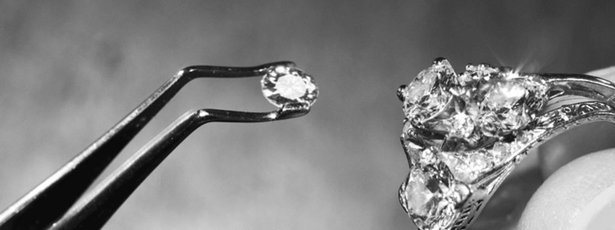 Detalle de proceso de engaste de anillo de diamantes